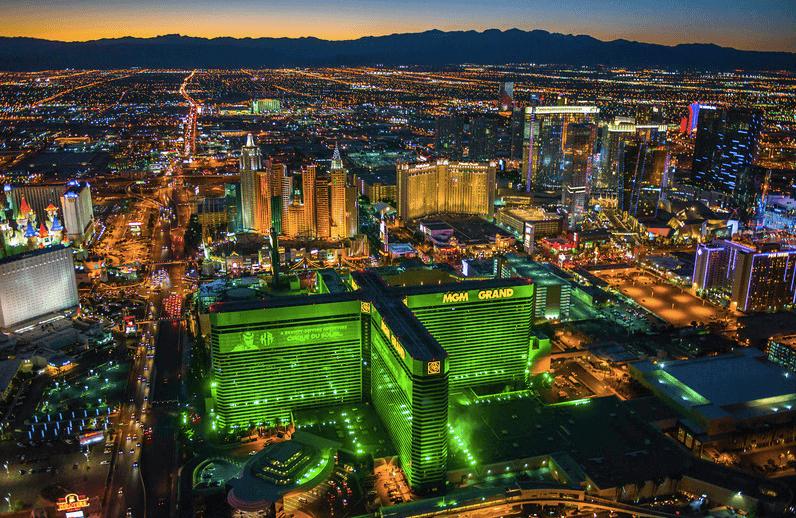 MGM Grand i förgrunden med Las Vegas Boulevard i mitten
